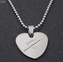 Szív alakú ezüst színű fém dögcédula lánccal, egyedi gravírozott szöveggel