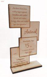 Álló négyzetes natúr bükkfa talpas emléktábla egyedi gravírozott szöveggel